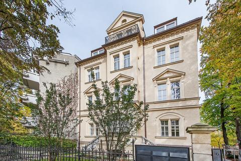 Hausansicht Exzellent sanierte 3,5-Zimmer-Dachgeschoss-Wohnung in prächtigem Stadtpalais