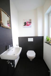 Schickes Gäste-WC im Eingangsbereich Neuwertige DHH mit sehr gutem Energiestandard