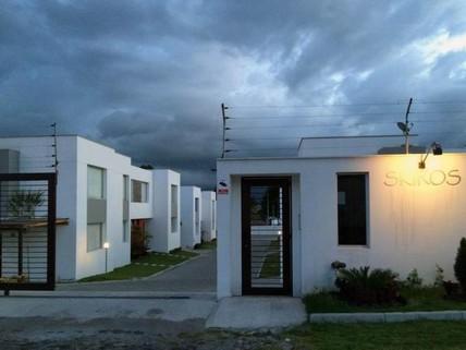 PEC0009_mvc-001f.jpg Modernes Haus in Conjunto SKIROS, La Armenia, Quito