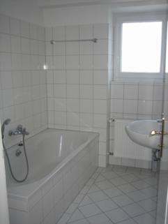Bad mit Wanne großzügiges Einfamilienhaus mit Garten und Pool in Krailling zu vermieten