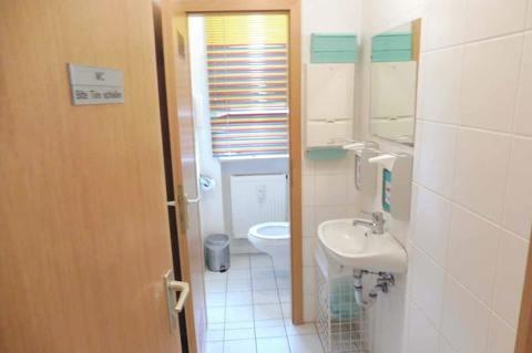 WC-Anlage (1.OG) Helle Praxis- od. Büroräume im Zentrum, 290m² Nutzfl. über 2 Etagen, Dachterrasse, ab 1.1.2022 frei!