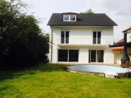 Außenansicht großzügiges Einfamilienhaus mit Garten und Pool in Krailling zu vermieten