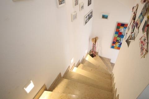 LED-Beleuchtetes Treppenhaus mit hellem Naturstein Neuwertige DHH mit sehr gutem Energiestandard