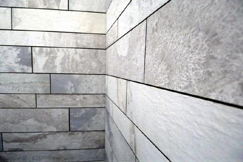 Keramik Granitfliesen im Duschbad Aufwändig renovierte, sonnige 2-Zi.-Wohnung mit Westbalkon in ruhiger, zentraler Lage