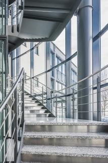 Treppenhaus2 STOCK - Hochwertige Büros am Flughafen
